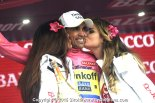 2015_giro_d_italia_stage14_alberto_contador_leader_podium_girls1
