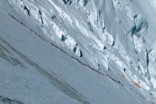 Everest-climbers-form-a-l-001